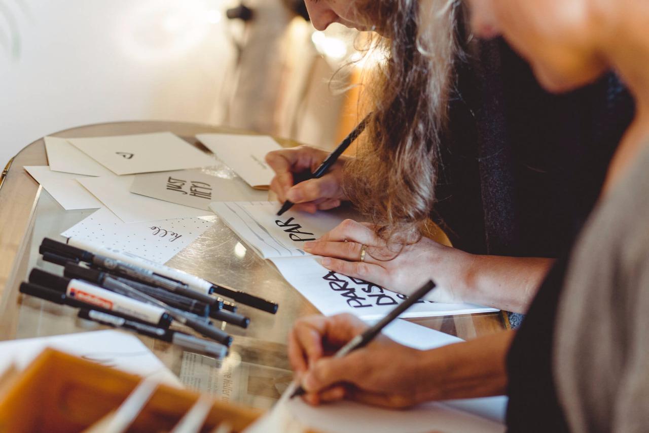 Grafik-Designerinnen bei der Arbeit an handgezeichneten Postkarten