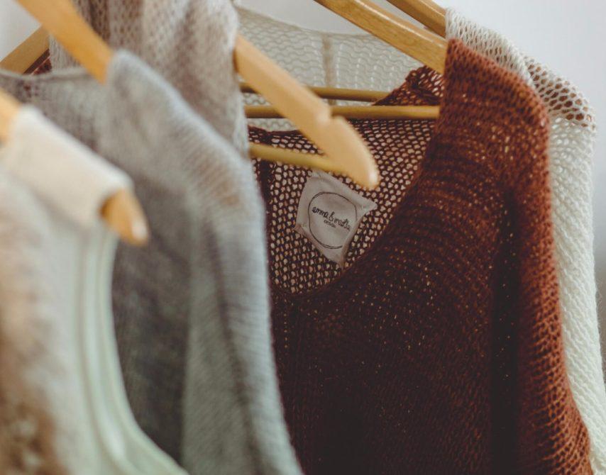 nachhaltige Strickwaren-Kollektion an Kleiderstange
