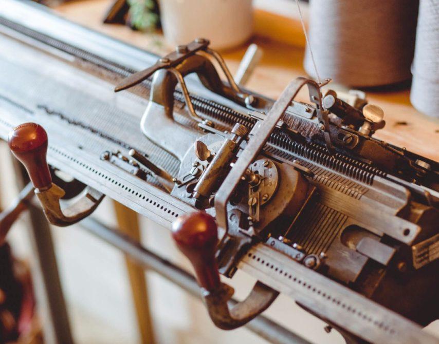 hundert Jahre alte Flachstrickmaschine