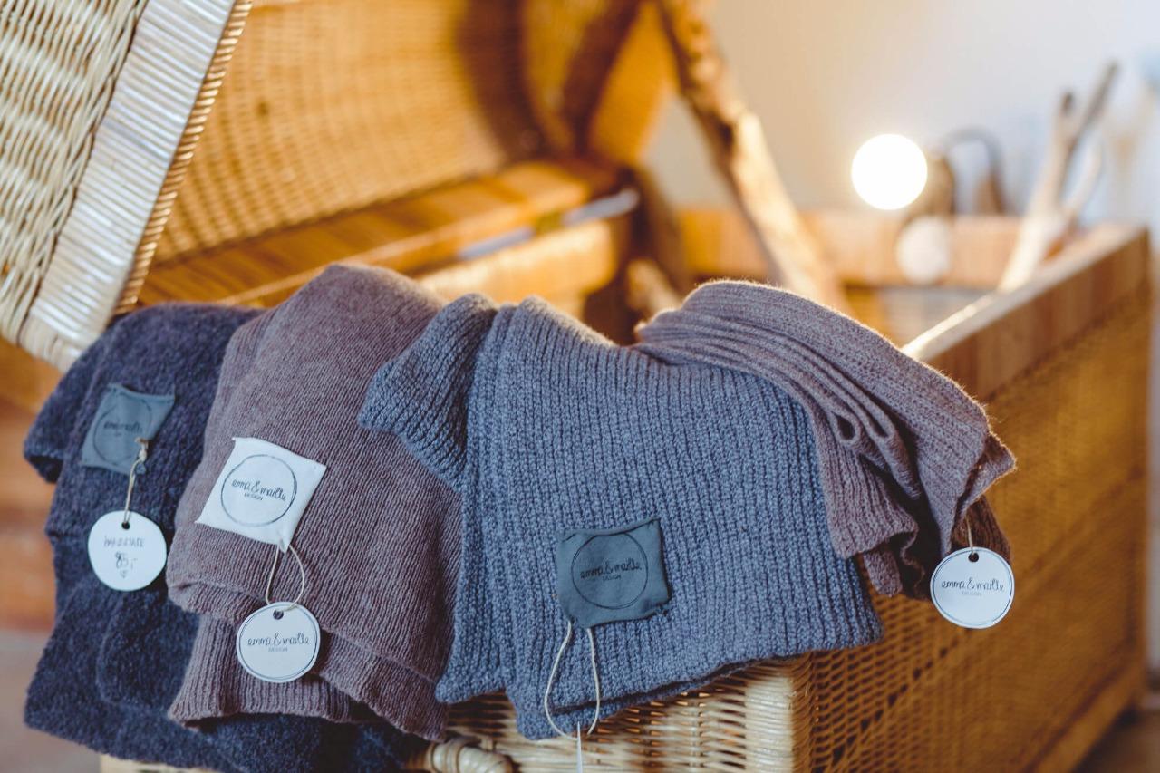 selbstgestrickte Schals in Handarbeit